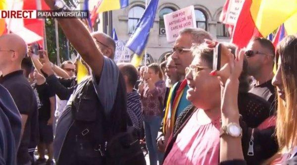 Protest în Piaţa Universităţii faţă de purtarea obligatorie a măştii în şcoli: ''Jos botniţa! Vrem libertate!''