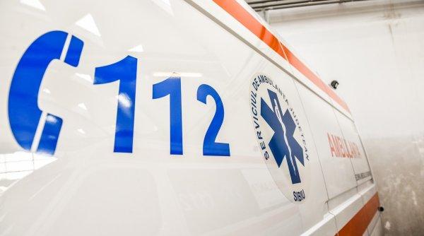 O femeie de 42 de ani a murit după ce a intrat cu bicicleta în ușa unui garaj
