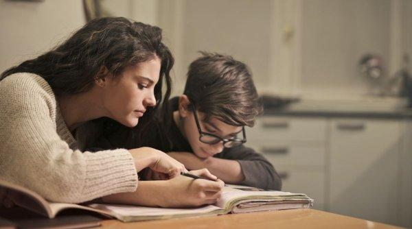 Care sunt părinții care pot cere zile libere plătite pentru a sta cu copilul acasă în perioada școlii online