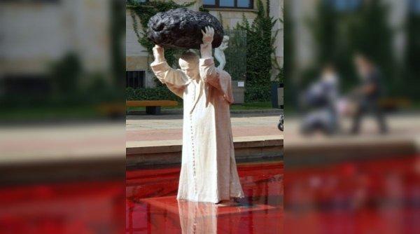 """Statuie controversată cu fostul papă Ioan Paul al II-lea: """"titanul"""" care a prins meteoritul"""
