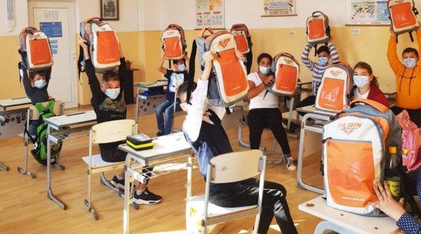 3.000 de ghiozdane complet echipate au ajuns la elevii din 37 de școli din toate regiunile țării