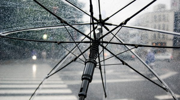 Alertă meteo. Cod portocaliu de ploi și vijelii în aproape toată țara până duminică dimineața