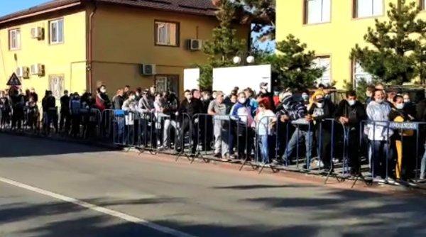 Aglomerație uriașă la o secție de votare din Tunari, Ilfov. Sute de oameni stau la coadă pe stradă