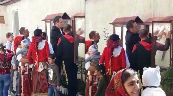 Un primar din Sibiu filmat în timp ce arăta unui grup de rromi cum să voteze