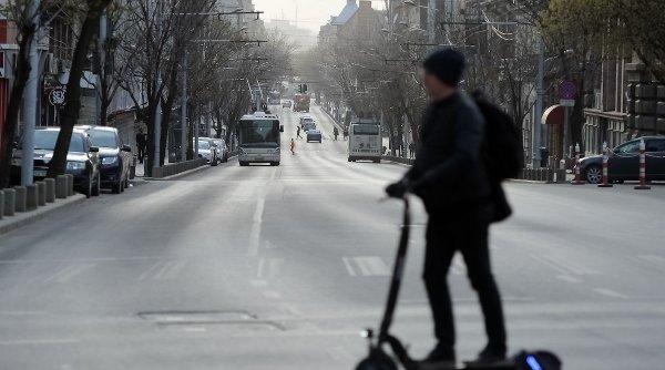 Mergea pe o trotineta electrică în Piața Victoriei când a fost oprit de poliție - Ce a pățit instant. Mare atenție!