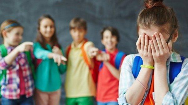 """Profesor amendat pentru că a jignit o elevă care nu a vrut să intre în biserică: """"Ţigancă păgână!"""""""