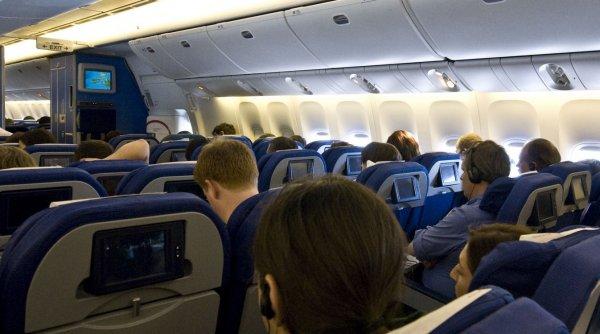 O femeie a murit într-un avion, în SUA, după ce s-a infectat cu COVID-19
