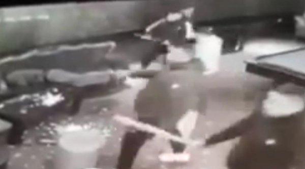 Șase bărbați snopiți în bătaie, într-o sală de păcănele din Târgu Bujor
