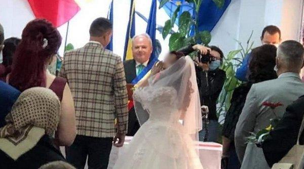 Un primar din Bihor care oficia căsătorii fără să poarte masca din protecţie a fost depistat cu COVID. Mirii ar putea intra în carantină
