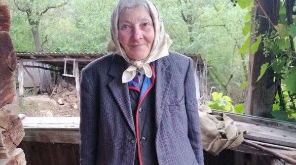 Tanti Fica, bătrânica de 76 de ani care trăieşte cu o pensie de 15 lei, singură, într-un cătun din Apuseni