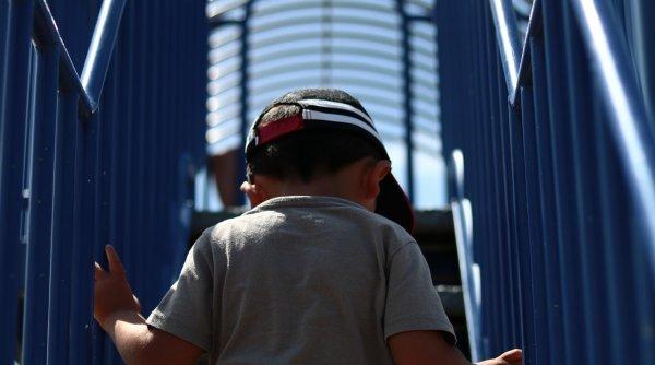 Băiețel de 4 ani, bătut cu picioarele de alți copii pentru că nu purta mască. Dialogul emoționant dintre Mihai Gâdea și mama copilului