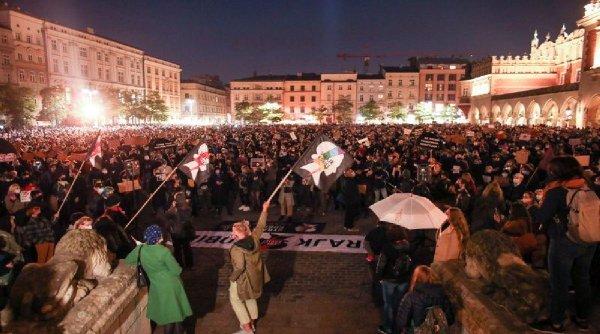 Zeci de mii de oameni pe străzile din Varșovia, într-un protest împotriva interzicerii avortului!