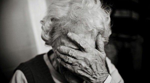 """O femeie declarată moartă din greşeală a decedat în spital. S-a trezit din """"morţi"""" când au ridicat-o ca să o aşeze în sicriu"""