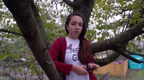 Școală online pe dealuri, în copaci sau în grădini, în România anului 2020. S-au chinuit așa toată vara, dar acum a venit frigul