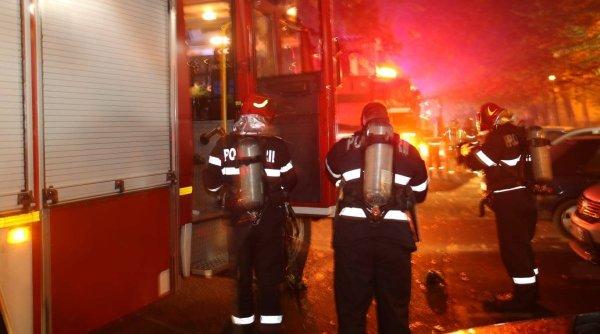 Incendiu violent într-un bloc din Prahova! 1 persoană a fost rănită și alte 30 de persoane au fost evacuate