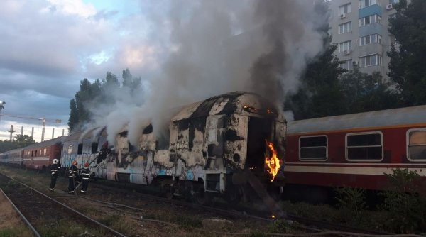 Alertă în Vâlcea! Incendiu la locomotiva unui tren care transporta propilenă
