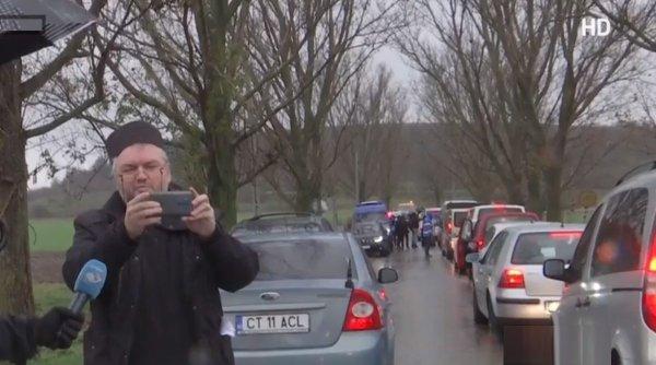 """Popă iritat filmează convoiul de maşini cu pelerini care merg la pelerinajul de Sf. Andrei, deşi a fost interzis: """"Să le fie ruşine autorităţilor!"""""""