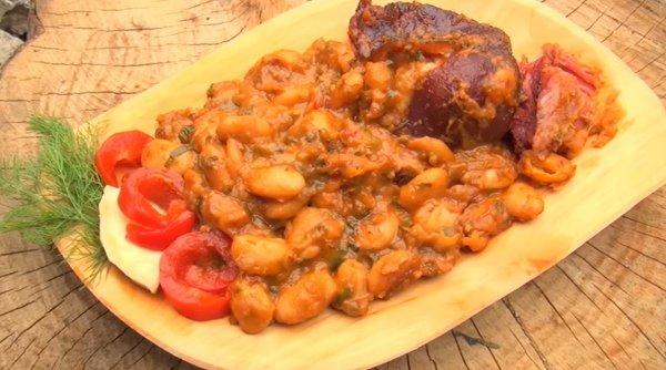 Fasolea cu ciolan, mâncarea care nu trebuie să lipsească de pe masa românilor pe 1 decembrie. Care este secretul unei rețete reușite