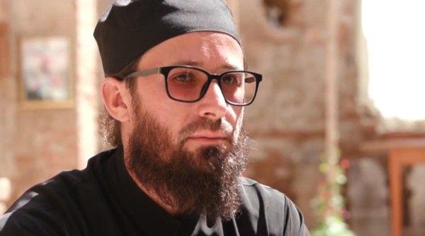 Povestea părintelui Iustinian, stareţul care slujeşte în singura biserică fără acoperiş din România