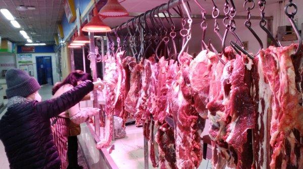 Porcul crescut la țară se vinde pe bucăți Crăciunul acesta, din cauza pandemiei
