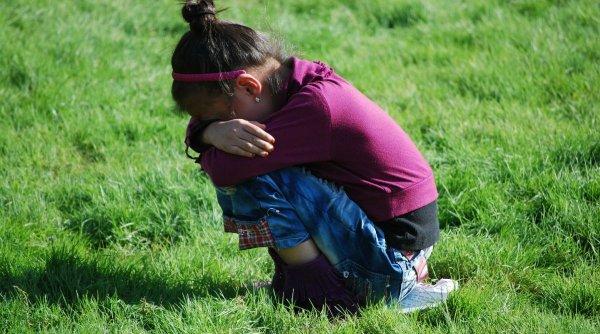 Bătrânii care au violat fetiţa de 10 ani din Neamţ, lăsaţi în libertate de judecători