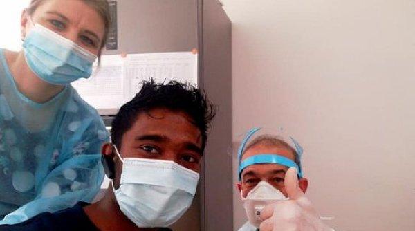 """Un tânăr din Sri Lanka s-a vaccinat la un centru din oraşul Roman: """"Bravo România, trebuie să eliminăm COVID-19"""""""