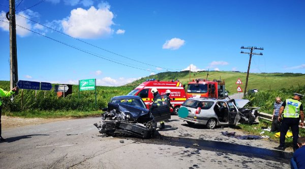 Cinci persoane au fost rănite, după impactul dintre două mașini în Mureş