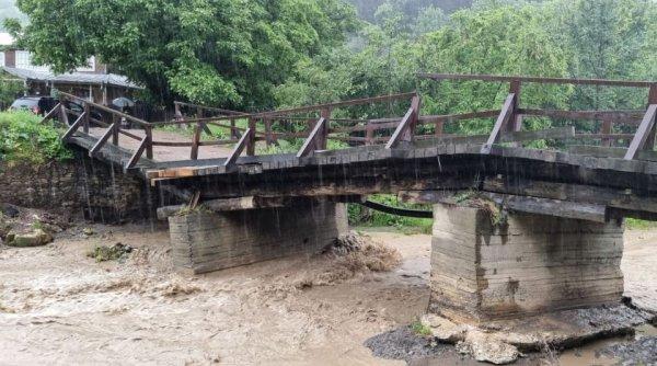 Un pod din județul Vrancea a fost rupt de viitură. Zeci de familii sunt izolate