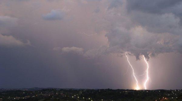 Cod roşu de ploi în Tulcea, Galaţi şi Brăila, meteorologii anunţă peste 50 de litri pe metru pătrat