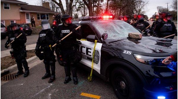 Doi morți și patru răniți după un atac armat într-un mall, în SUA
