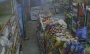 Doi hoţi, puşi pe fugă după un schimb de focuri cu proprietarul unui magazin