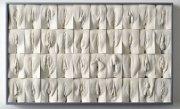 Un sculptor a creat un zid de nouă metri din vagine