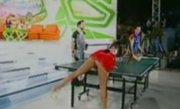 Vecina de la Neatza şi-a arătat fundul, încercând să înveţe ping-pong