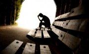 Românii sunt depresivi şi înghit pastile cu pumnul. Ce spun specialiştii