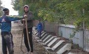 Lucrare de m�ntuiala, un sat izolat. Sute de oameni din comuna Roma, judetul Botosani, au ramas blocati �n propriile curti