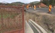 """""""Ne-au zidit �n curte"""". Localnicii dintr-o comuna din Hunedoara, blocati �n propriile gospodarii dupa lucrarile de reabilitare la DN 76"""
