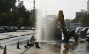 "Rom�nia lui Dorel. A inundat o strada �ntreaga dupa ce a intrat cu excavatorul �ntr-o conducta de apa: ""Credeam ca e dezafectata"""