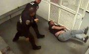 (VIDEO) BĂTUT cu BESTIALITATE! Lovit cu capul de perete, cu pumnii şi picioarele, apoi lăsat să sângereze în celulă