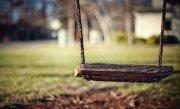 (VIDEO) INCREDIBIL! Mamă găsită dându-şi copilul MORT în leagăn, într-un parc