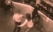 """L-a făcut K.O! O chelneriţă din Rusia """"şterge pe jos"""" cu un client, după ce încearcă să îi bage bani în bluză"""