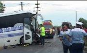 Tragedie pe șosea! Două persoane au murit, iar alte două sunt în stare gravă, după o ciocnire violentă între un autobuz și o basculantă