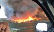 Tornadă de foc, filmată pe marginea unui râu. Oamenii au rămas fără cuvinte - VIDEO