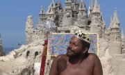 """Povestea incredibilă a unui bărbat care avea o viață banală. Acum este considerat """"rege"""", iar timp de 22 de ani nu a plătit chirie sau facturi - VIDEO"""