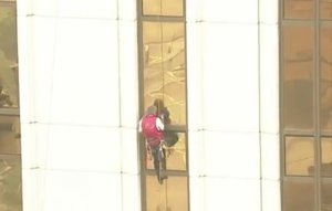 Spiderman-ul francez, Alain Robert, are o nouă performanţă. A escaladat un hotel de 33 de etaje