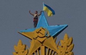 """Bărbatul care i-a sfidat pe ruşi şi-a făcut un """"selfie"""" în timp ce arbora steagul Ucrainei pe cea mai înaltă clădire din Moscova"""