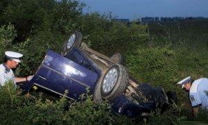 Un poliţist a făcut accident cu maşina de serviciu şi a căzut în şanţ