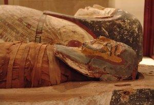 O MUMIE veche de 2.000 de ani face senzaţie la Sibiu. Ce MISTER tronează în jurul ei