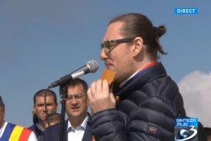 Dana Grecu i-a mulţumit naistului Nicolae Voiculeţ pentru concertul omagial susţinut la Crucea de pe Caraiman