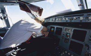 Pilotul şi copilotul au adormit la manşa unui avion de pasageri. Au fost treziţi de un avion de vânătoare francez, venit la interceptare