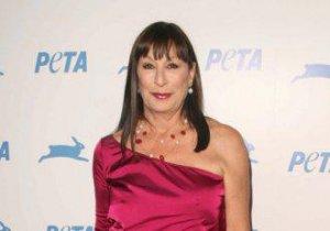 Anjelica Huston recunoaşte că a fost bătută de un actor de Oscar